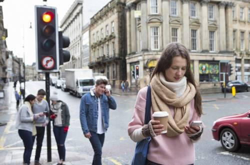 جریمه استفاده از گوشی در حین پیادهروی!